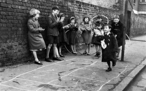 Niños jugando en las calles de Londres 1926-1927