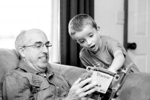 padre leyendo hijo